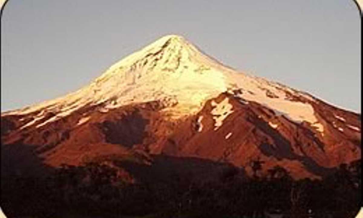 hiking-mountaineering-lanin-volcanoe-tour-patagonia-argentina1